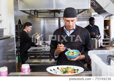 Staff of restaurant with chef working 75549236