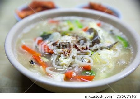 밀가루반죽을 썰어서 만든 국수에 조개, 당근, 야채를 넣은 칼국수 , 한국전통음식 75567865