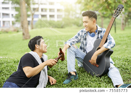 Friends resting outdoors 75585773