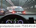 방음벽 터널을 통과하는 차량 75654516