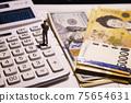 지폐와 계산기 75654631