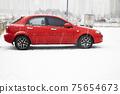 야외 주차장에 세워진 빨간색 자동차 75654673