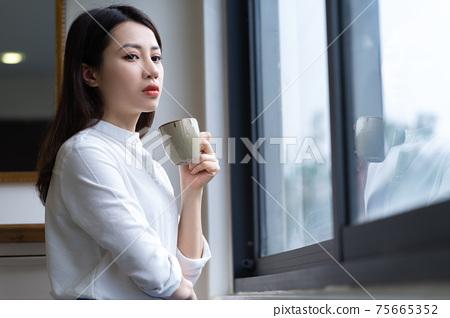 Woman at home 75665352