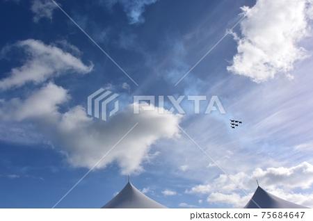 夏威夷天空美國海軍戰鬥機在珍珠港上空飛行 75684647