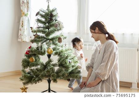 家庭裝飾聖誕樹 75695175