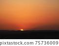 圓的日落和鳥類在山上設置 75736009