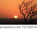夕陽在山上落下的那一刻 75736010