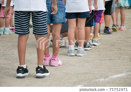 아이들이 운동장에서 정렬 이미지 이미지 75752971