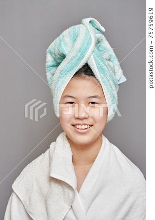 목욕 초등학생 6 학년 여자의 모습 75759619