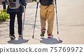 男人和女人with著拐杖在公園裡散步 75769972