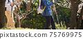 男人和女人with著拐杖在公園裡散步 75769975