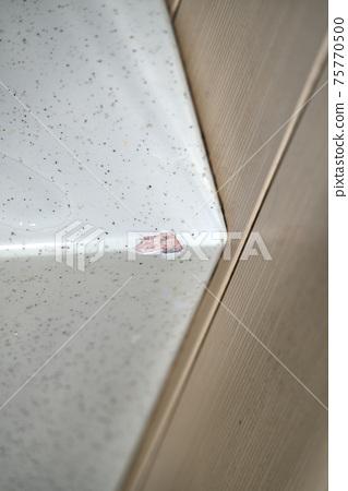 표면이 갈라져 버린 욕조의 경계선 75770500