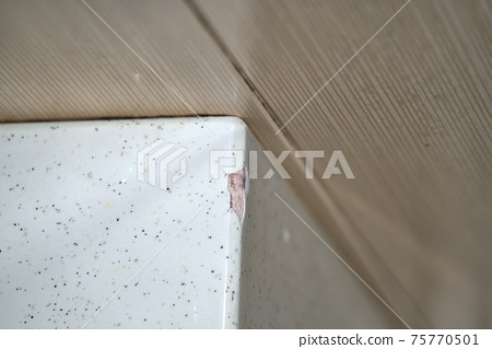 표면에 균열이 생긴 욕조의 경계선 75770501