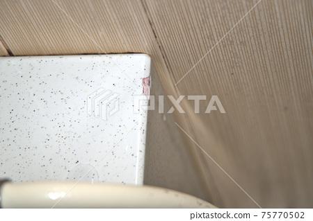표면에 균열이 생긴 욕조의 인연 75770502