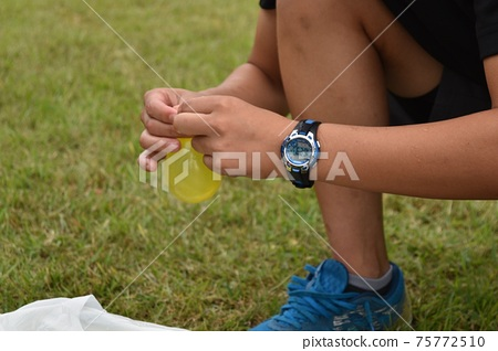 Photo of making a water balloon 75772510