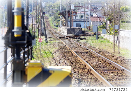 Scenery of the station platform and railroad tracks seen from the railroad crossing (painting style) ... Matsue City, Shimane Prefecture: Sunny 75781722