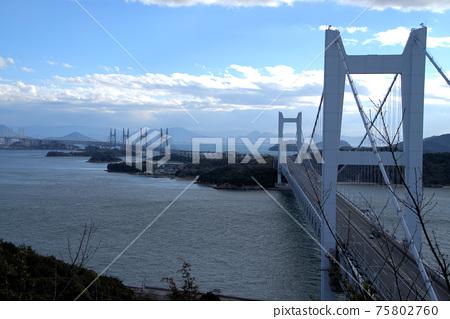 비스듬히 위에서 내려다 시모 세토 대교와저기서 계속되고있다 세토 대교 오카야마 현 쿠라 시키시 75802760