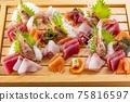 홋카이도의 맛있는 모듬 회 75816597
