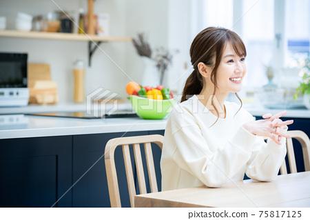 식탁에서 휴식 여성 75817125