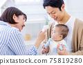 母親測量嬰兒的體溫 75819280