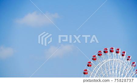 天空背景與多彩的紅色和白色摩天輪 75828737