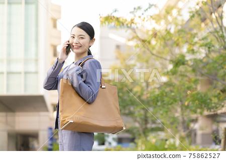 智能手機智能手機業務女人戶外 75862527