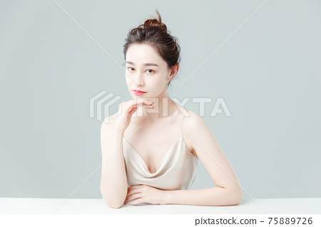 Portrait Of Beautiful Woman in Studio 75889726