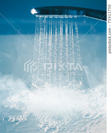 douche with flowing water and steam 75911750