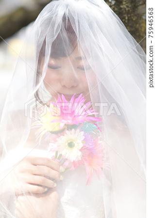 만개 한 벚꽃 벚꽃 배경 웨딩 일본인 신부 초상화 신부 결혼식 전에 촬영 사진 75946568