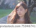만개 한 벚꽃 벚꽃 배경 여성 초상화 75946741