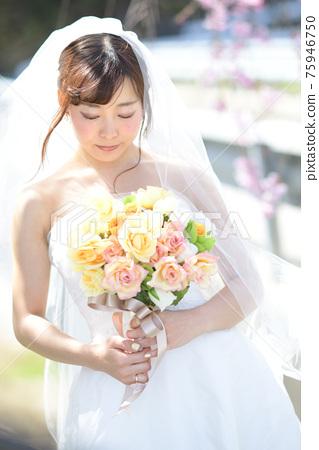만개 한 벚꽃 벚꽃 배경 웨딩 일본인 신부 초상화 신부 결혼식 전에 촬영 사진 75946750