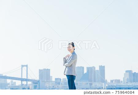 藍藍的天空和女商人 75964084