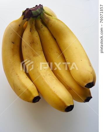 흰색 배경과 노란색 바나나  76071857