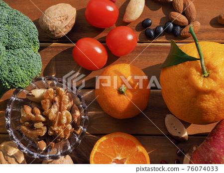 신선한 유기농 채소, 과일, 견과류  76074033