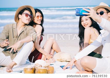 Friends, summer vacation 76139530