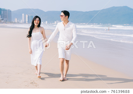 Couple, sea, summer vacation 76139688
