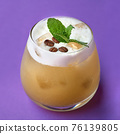 Cocktail with coffee liqueur and coffee beans. 76139805