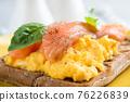 Scrambled egg and smoked salmon on toast 76226839