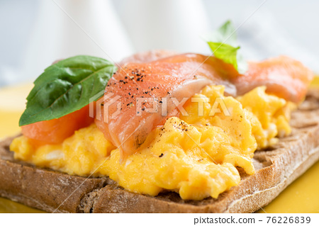 Scrambled egg and smoked salmon on toast 76226839