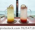 바다를 바라보며 마시는 시원한 음료 76254718