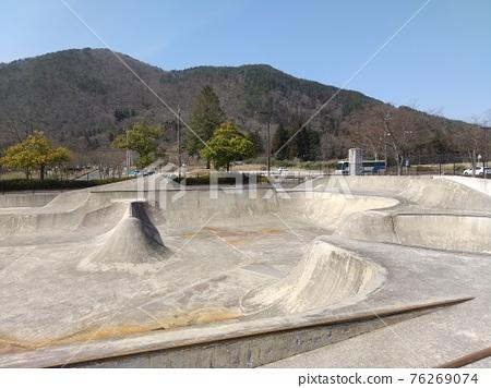 roller skate, roller-skate, roller-skating 76269074