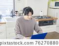 一個男人在家打視頻電話 76270880