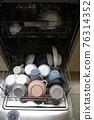 식기세척기에 놓여 있는 식기 76314352