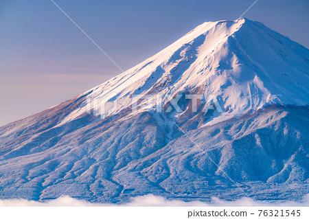 《山梨縣》富士山和樹上的霧rim ・日本的冬季風景 76321545