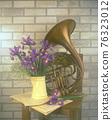 木製椅子上的鳶尾花花瓶和法國號樂器 76323012