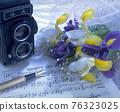 桌子上的相機和花卉靜物 76323025