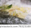 白色的新鮮花和懷錶靜物 76323160