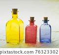 多彩的玻璃容器靜物 76323302