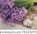 紫色的風信子花卉和懷錶靜物 76324279