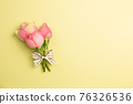 Pink rose flowers bouquet on yellow background. flat lay, top view, copy space 76326536